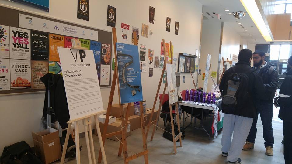 À l'Institut universitaire de technologie de l'Ontario, des étudiants pour la Justice en Palestine ont instalé une exposition « Visualizing Palestine » contre Israël, dans laquelle des affiches portent sur le « nettoyage ethnique » des Palestiniens, mars 2016 (Crédit : SJP au UOIT /page Facebook DC)