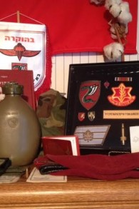 Articles liés à Tsahal dans la chambre de Michael Levin (Photo: Joel Chasnoff)