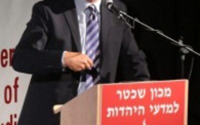 Daniel Birnbaum, le PDG de SodaStream, s'adresse aux diplômés de l'Institut Schechter  de Jérusalem, en juilet 2016. (Crédit : Institut Schechter  d'études juives/Yossi Zamir)