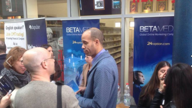 Stand de recrutement de BetaMedia dans un salon de l'emploi pour multilingues à Tel Aviv. (Crédit : capture d'écran Facebook)
