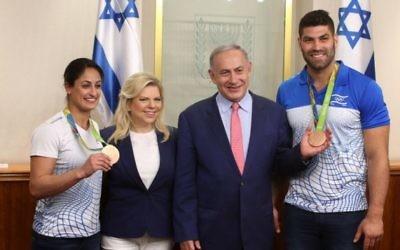 Le Premier ministre Benjamin Netanyahu et son épouse Sara avec les judokas israéliens médaillés olympiques Or Sasson et Yarden Gerbi lors d'une rencontre avec la délégation sportive pour les 2016 Jeux Olympiques de Rio, au bureau du Premier ministre à Jérusalem, le 17 août 2016. (Amit Shabi / Piscine)
