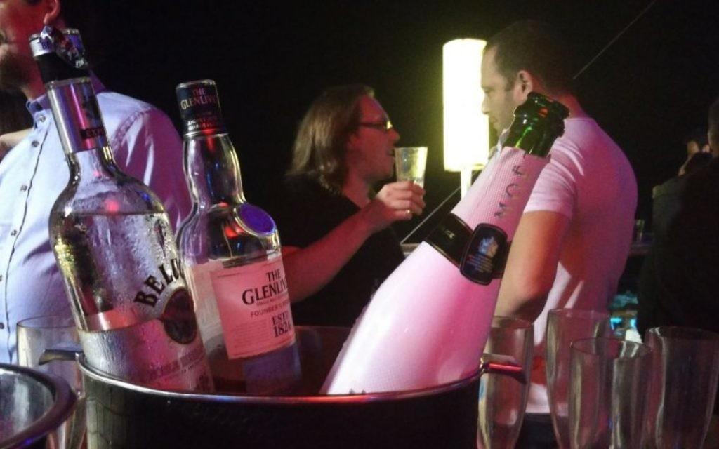 Boissons gratuites à la soirée organisée pour les cadres d'options binaires au Clara Club, à Tel Aviv, le 12 août 2016 (Crédit : Raoul Wootliff/Times of Israel)