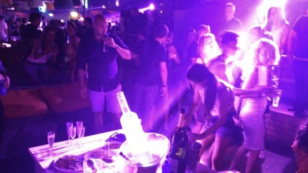 Une soirée organisée pour les cadres d'options binaires au Clara club, à Tel Aviv, le 12 août 2016 (Crédit : Raoul Wootliff/Times of Israel)