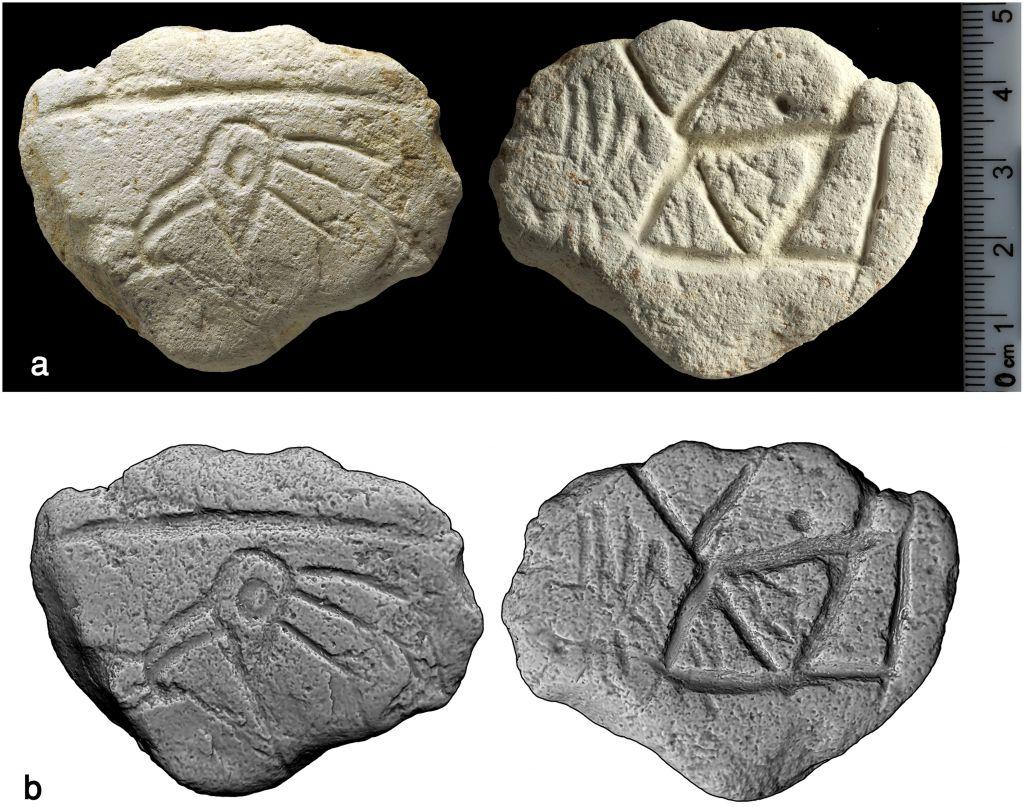 """Une plaquette en calcaire âgée de 16 500 ans sculptée d'une tête d'oiseau, découverte à Ein Qashish, dans le nord d'Israël. (Crédit : CC BY/PLoS One : """"A Unique Assemblage of Engraved Plaquettes from Ein Qashish South, Jezreel Valley, Israel: Figurative and Non-Figurative Symbols of Late Pleistocene Hunters-Gatherers in the Levant"""")"""