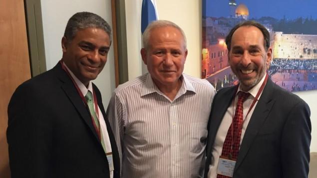 De gauche à droite : le dissident cubain Oscar Biscet, le député Avi Dichter, et le chercheur américano-cubain Jose Azel, à Jérusalem, en août 2016. (Crédit : Lily Azel)