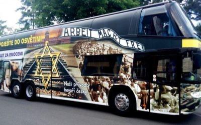 Un bus en Tchéquie faisant la publicité de vacances au camp d'extermination nazi d'Auschwitz. Il s'agissait à l'origine d'un accessoire d'un film satirique dénonçant le tourisme de l'Holocauste. Photographie visible sur le site de la compagnie d'autobus, le 16 août 2016. (Crédit : capture d'écran autoxaver.com)