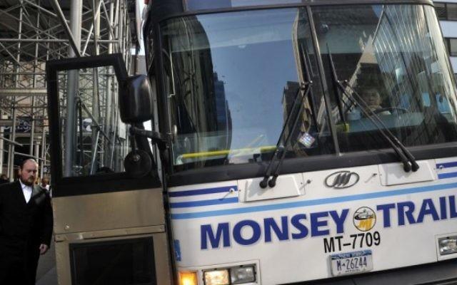 Photo illustrative de Juifs ultra-orthodoxes montant dans  un bus se rendant au comté de Rockland, a à Manhattan le 17 juin 2013. (Crédit photo: Serge Attal / Flash90)