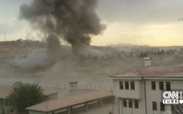 L'explosion d'une voiture piégée devant un poste de police dans la ville turque de Cizre, le 26 août,2016 (Crédit : Capture d'écran CNN Turk)