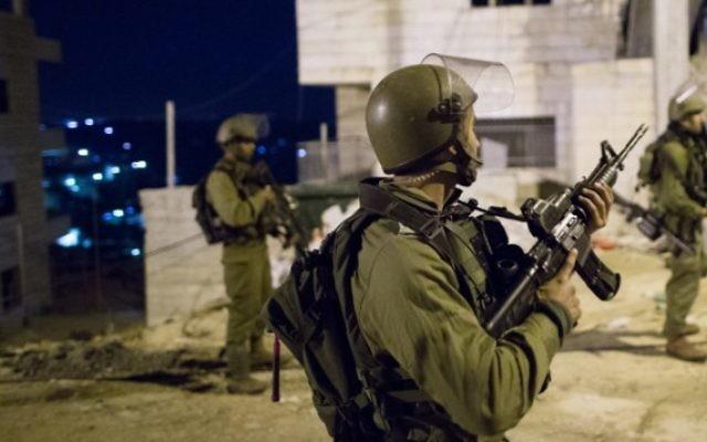 Soldats israéliens pendant une opération d'arrestation dans le camp de réfugiés de Deheishe, près de Bethléem, en Cisjordanie, le 8 décembre 2015. Illustration. (Crédit : Shohat Nati/Flash90)