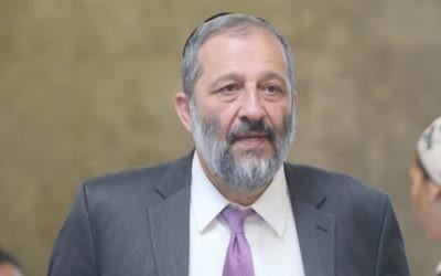 Le ministre de l'Intérieur Aryeh Deri arrive à la réunion hebdomadaire du cabinet dans les bureaux du Premier ministre, à Jérusalem, le 17 juillet 2016. (Crédit : Alex Kolomoisky/Pool)