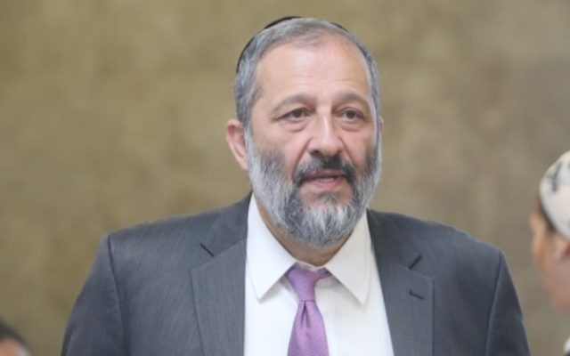 Le ministre de l'Intérieur Aryeh Deri arrive à la réunion hebdomadaire du cabinet dans les bureaux du Premier ministre, à Jérusalem, le 17 juillet 2016 (Crédit : Alex Kolomoisky/Pool)