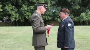 Le chef d'Etat-major américain Joseph Dunford décerne au chef d'Etat-major israélien Gadi Eizenkot la Légion du Mérite, devant le Pentagone le 4 août 2016. (Photo: porte-parole de l'armée israélienne)