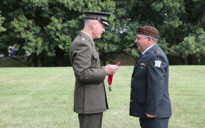 Le chef d'Etat-major américain Joseph Dunford décerne au chef d'Etat-major israélien Gadi Eizenkot la Légion du Mérite, devant le Pentagone le 4 août 2016. (Photo: Porte-parole de Tsahal)