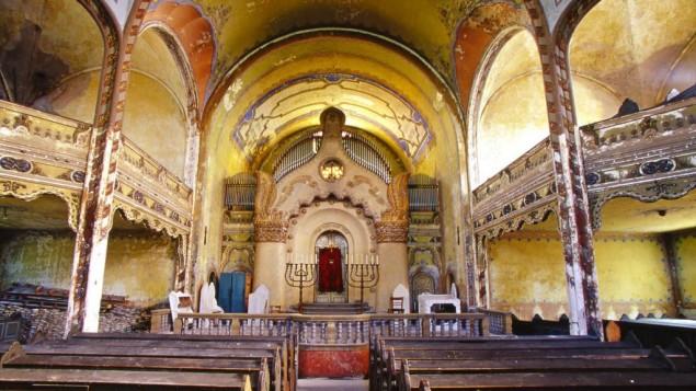 La synagogue de la place Jakab et Komor, la grande synagogue de Subotica, en Serbie, est l'une des synagogues préférées de David dans le monde. Photographiée en août 2004. (Crédit : Jono David)