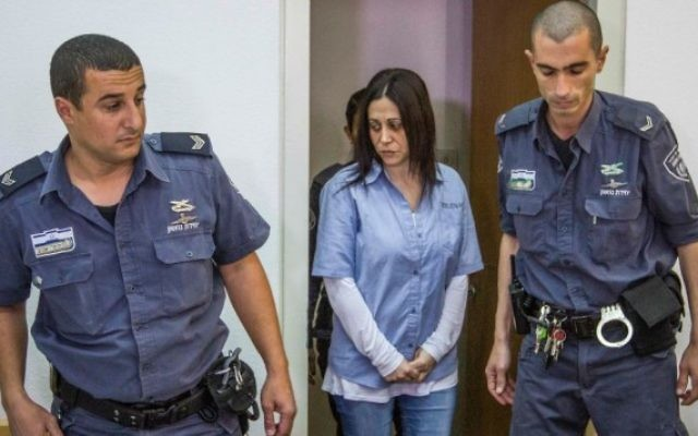 L'ancienne banquière Etti Alon, arrêtée en 2002 pour avoir détourné environ un quart de milliard de shekels de la Trade Bank, conduisant à l'effondrement de la banque, au tribunal de Ramla le 17 février 2016. (Photo: Ido Erez / POOL)