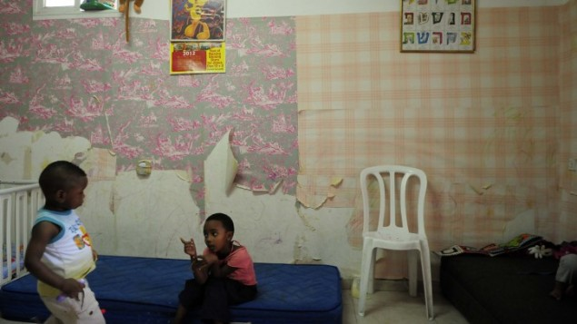 """Une """"crèche"""" dans un appartement du quartier de Shapira, dans le sud de Tel Aviv, le 14 mai 2012. Illustration. (Crédit : Tomer Neuberg/Flash90)"""