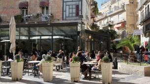 Des Israéliens profitant du soleil sur la terrasse du Café Rimon dans le centre de Jérusalem, le 14 janvier 2013 (Crédit : Shohat Nati / Flash90)