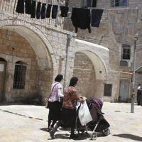 Des Juives ultra-orthodoxe poussant leurs poussettes dans le quartier ultra-orthodoxe de Mea Shearim à Jérusalem, le 4 juillet 2013 (Crédit : Shohat Nati / Flash90)