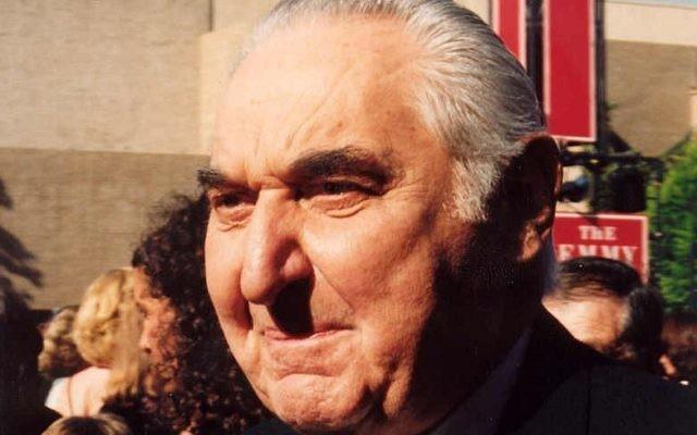 Fyvush Finkel, acteur américain du théâtre yiddish, est mort en août 2016 à 93 ans. Il est photographié sur le tapis rouge de la cérémonie de remise des Emmy, en septembre 1994. (Crédit : Alan Light/CC BY 2.0/WikiCommons)