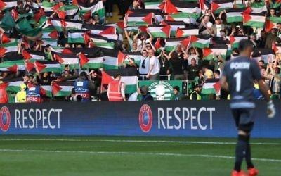 Les supporters du Celtic Glasgow brandissent des drapeaux palestiniens pendant un match contre l'Hapoel Beer Sheva, à Glasgow, le 17 août 2016. (Crédit : capture d'écran)