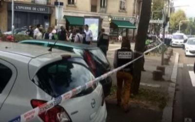 """La police française sur les lieux d'une attaque au couteau contre un homme juif par un homme ayant des troubles psychiatriques qui a crié """"Allah akhbar !"""" au moment de l'attaque, à Strasbourg, le 19 août 2016. (Crédit : capture d'écran YouTube)"""
