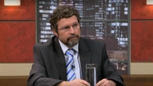 Gad Yair, professeur de Sociologie et d'Education à l'université hébraïque de Jérusalem, lors d'une émission de télévision le 28 juin 2012. (Capture d'écran: YouTube)