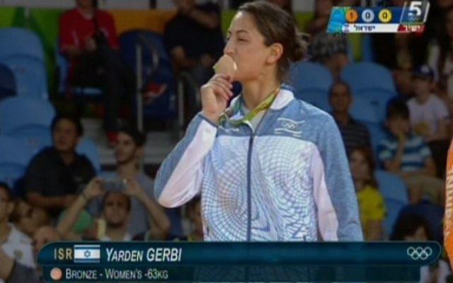 La judokate israélienne Yarden Gerbi embrasse sa médaille de bronze, obtenue dans le tournoi de judo féminin des -63 kg aux Jeux olympiques de Rio, le 9 août 2016. (Crédit : capture d'écran Chaîne 55)