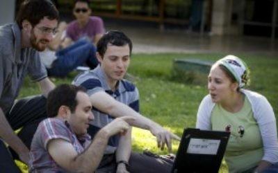 Des étudiants israéliens assis sur l'herbe au campus Givat Ram de l'université hébraïque de Jérusalem le 27 octobre 2014. (Crédit photo: Miriam Alster / Flash90)