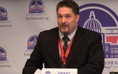 Grant Smith, directeur de l'Institut pour la recherche : politique moyen-orientale. (Crédit : capture d'écran YouTube)