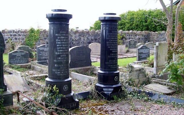 Tombes juives au cimetière de la ville de Belfast, en Irlande du Nord. (Crédit : Eric Jones/ Geograph.ie, Creative Commons via JTA)
