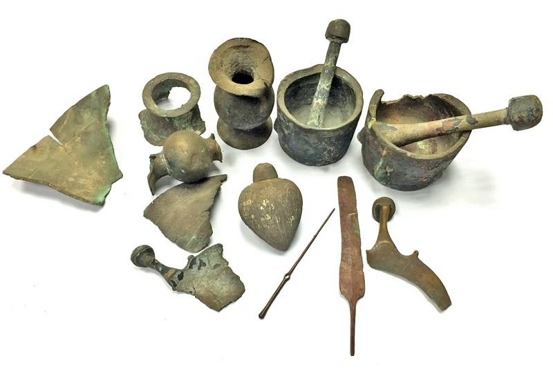 Une ancienne grenade à main en métal qui fait partie d'une collection d'objets métalliques présentée par une famille de Givataim à l'Autorité des Antiquités d'Israël en août 2016 (Crédit : Diego Barkan / IAA)
