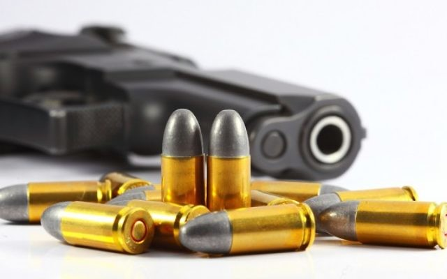 Illustration d'une arme et de balles. (Crédit : Une arme et des balles via Shutterstock)