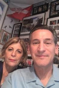 Harriet et Mark Levin dans la chambre de Michael Levin (Photo: Joel Chasnoff)