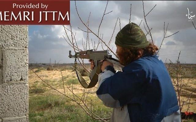 Une image extraite d'un clip vidéo publié par le groupe du Sinaï affilié au groupe Etat islamique, le 1er Août 2016 (Crédit : MEMRI)