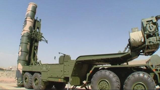 Le système anti-missile à longue portée S-300, fabriqué en Russie, est déployé à Fordo, site nucléaire situé au centre de l'Iran, le 28 août 2016. (Crédit : capture d'écran Press TV)