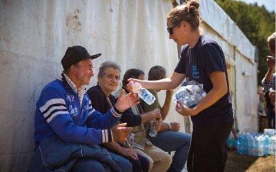 Des volontaires d'IsraAID avec les victimes du séisme à Scai, en Italie, le 27 août 2016. (Crédit : autorisation)