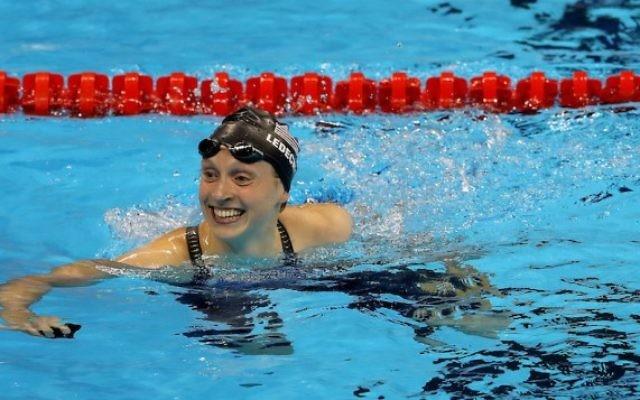 Katie Ledecky a remporté l'or et instauré un nouveau record du monde dans le 400m nage libre au deuxième jour des Jeux olympiques de Rio, le 7 août 2016. (Crédit : Al Bello/Getty Images via JTA)