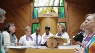 Gezahegn Dereve et Demoz Deboch avec le rabbin Shira Milgrom à la congrégation Kol Ami à White Plains, à New York, en juillet 2016 (Crédit : Autorisation Ryan Porush)