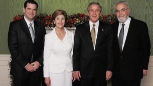 Kory (à gauche) et Philip Bardash lors du dîner annuel de Hanoucca de la Maison Blanche avec le président Bush et la Première Dame en 2012 (Facebook)