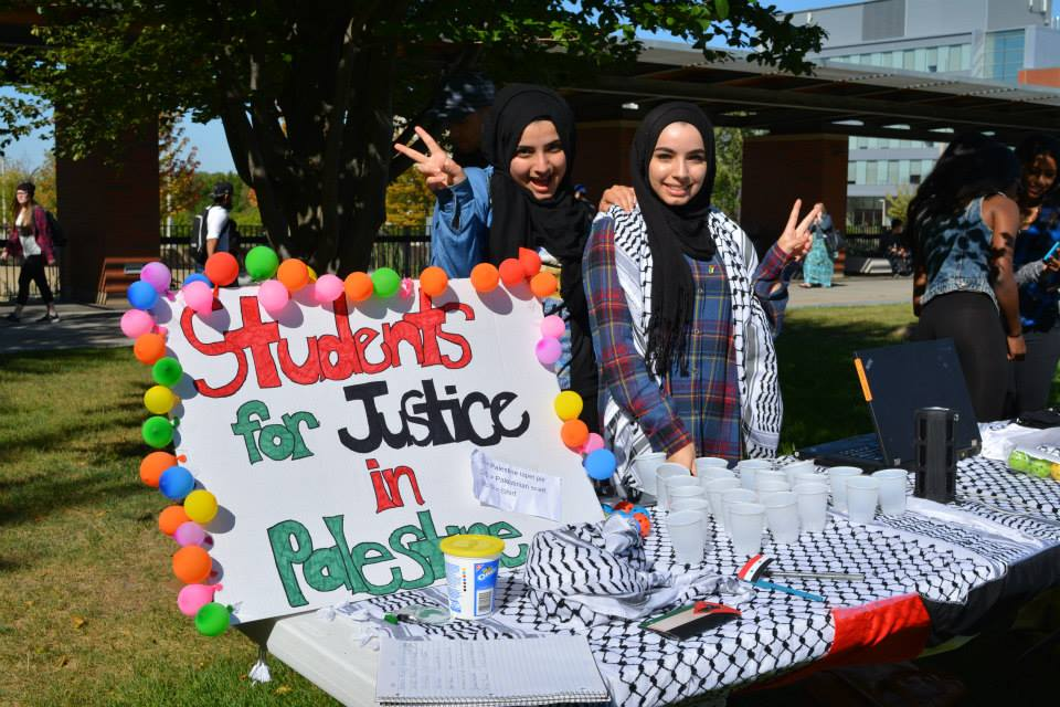 À l'extérieur de l'UOIT de Toronto, Students for Justice in Palestine à leur table d'information 2016 (Crédit : SJP à UOIT / DC page Facebook)