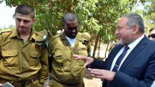 Le ministre de la Défense Avigdor Liberman pendant une visite à la base militaire Havat, le 23 août 2016. (Crédit : autorisation)