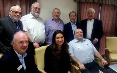 Luciana Berger, députée britannique, rencontre des membres du Conseil représentatif juif de la région de Manchester, le 8 mai 2016. (Crédit : Conseil représentatif juif de la région de Manchester via JTA)