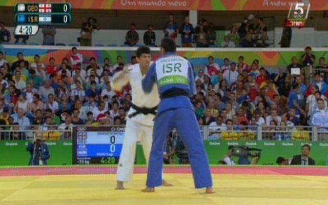 Illustration : Le judoka israélien Sagi Muki affronte le géorgien Lasha Shavdatuashvili dans le combat pour la médaille de bronze de judo des -73kg aux Jeux olympiques de Rio, le 8 août 2016. (Crédit : capture d'écran Chaîne 56)