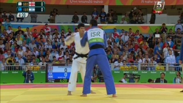 Le judoka israélien Sagi Muki affronte le géorgien Lasha Shavdatuashvili dans le combat pour la médaille de bronze de judo des -73kg aux Jeux olympiques de Rio, le 8 août 2016. (Crédit : capture d'écran Chaîne 56)