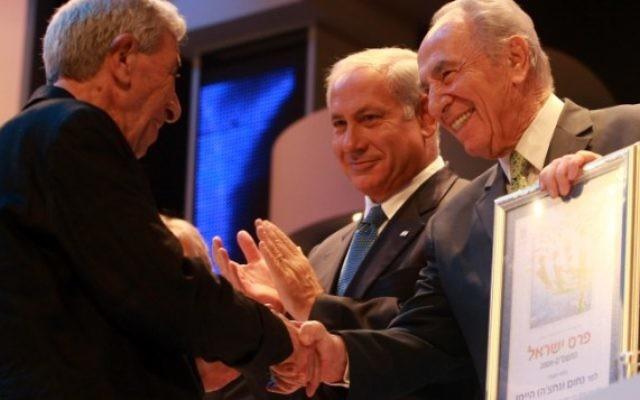 Le président Shimon Peres d'alors et le Premier ministre Benjamin Netanyahu décernent le Prix Israël à Nachum Heiman à Jérusalem le 29 avril 2009. (Crédit photo: Kobi Gideon / Flash90)