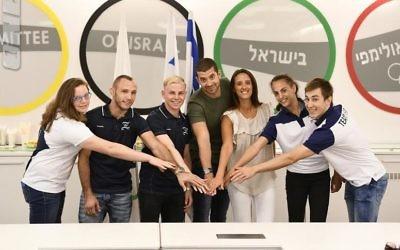 De gauche à droite: Raz Hershko, Andrey Tsaryuk, David Albrdian, Oren Shabat Laurent, Sivan Laurent Shabat, Linoy Ashram et Yuval Freilich (Crédit : Autorisation du Comité olympique d'Israël)