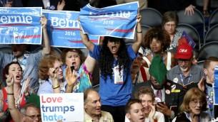 Délégués soutenant le sénateur Bernie Sanders lors du premier jour de la Convention démocrate au Wells Fargo Center, le 25 juillet 2016 à Philadelphie  (Crédit photo: Win McNamee / Getty Images / AFP)