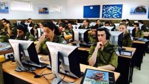 Des soldats de Tsahal suivent un cours de programmation (Autorisation)