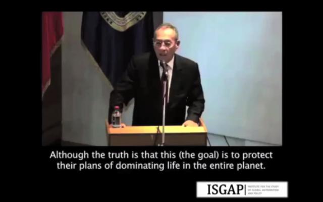 """Imad Nabil Ghadaa, ambassadeur de l'Autorité palestinienne au Chili, cite le texte antisémite des """"Protocoles des Sages de Sion"""" pendant un discours le 15 mai 2015. (Crédit : capture d'écran)"""