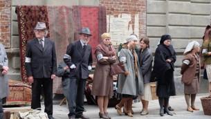 """Une scène de """"Qui écrira notre histoire?"""", un documentaire basé sur les héros derrière  les archives Oneg Shabbat du ghetto de Varsovie (Autorisation)"""